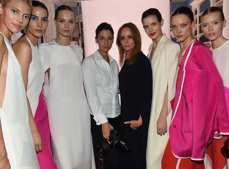 Дизайнер Стела Маккартни (в центре) принимала активное участие в разработке программы устойчивого развития модной индустрии
